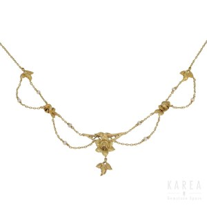 A rose motifs decorated necklace