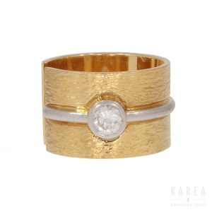 A brilliant cut diamond set ring
