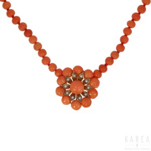 A coral bead necklace, late 19th/early 20th century