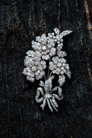 """Brosza """"en tremblant"""" z motywem kwiatowym, pocz. XIX w."""