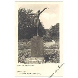 WARSZAWA. Tancerka w Parku Paderewskiego