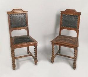 Para krzeseł eklektycznych wyściełanych skórą