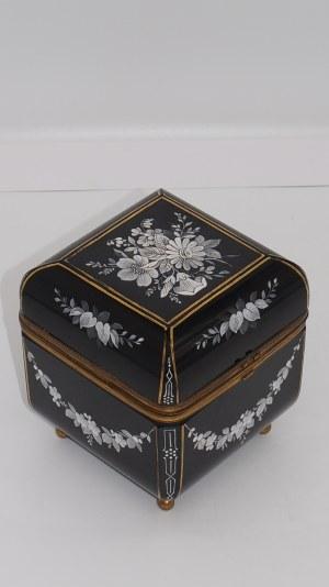 szkatułka z hialitowego szkła, XIX w.
