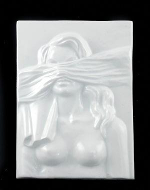 Wincenty Potacki (1904-2001), Plakieta porcelanowa: popiersie kobiety z zawiązanymi oczami