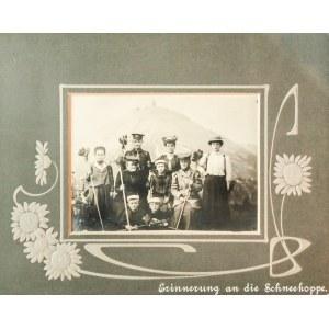 KARPACZ. Zdjęcie pamiątkowe grupy turystów ze Śnieżką w tle; fot ...