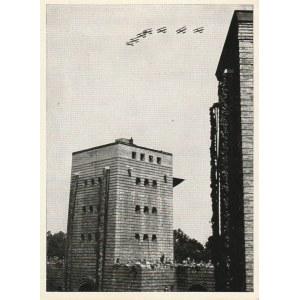 OLSZTYNEK. Widok przedstawia klucz samolotów nad Mauzoleum Hindenburg ...