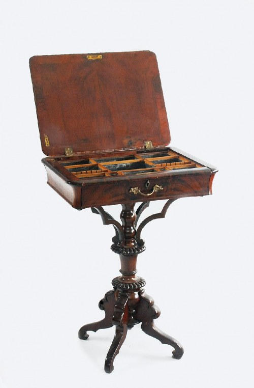 Stolik do robótek w stylu wczesnego Ludwika Filipa