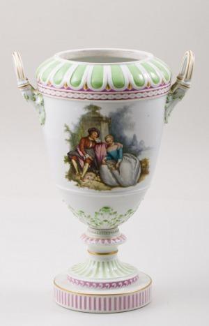 WAZA, Niemcy, Berlin, KPM, 1914-1918, Porcelana, farby podszkliwne i naszkliwne (malowane: para w parku i kwiaty), wys.37 cm