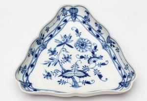 PÓŁMISEK TRÓJKĄTNY Z WZOREM CEBULOWYM, Saksonia, Miśnia, XIX/XX w., Porcelana, kobalt podszkliwny; 5 x 33 x 30 cm
