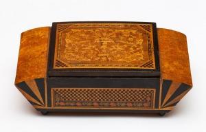 SZKATUŁKA NA PAPIEROSY, 1 poł. XX w., Różne gatunki drewna, intarsja, barwienie; 8 x 23,5 x 12 cm