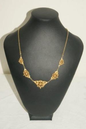 Collier en or jaune, à décor de fleurs. Poids : 22,51 g