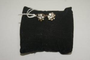 Paire de pendants d'oreilles en or et argent, à décor de pierres blanches. Poids brut : 3,15 g