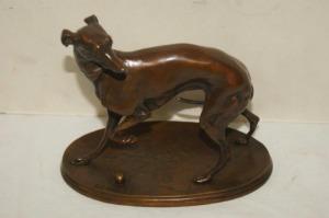 D'après Pierre-Jules MENE Lévrier , bronze patine brune. Signé sur la terrasse. Fonte XXeme siècle.Hauteur 14 cm xLongueur 16 cm et largeur 10 cm