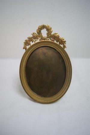 Cadre ovale en laiton. Style Louis XVI, XIXe. 16x11 cm