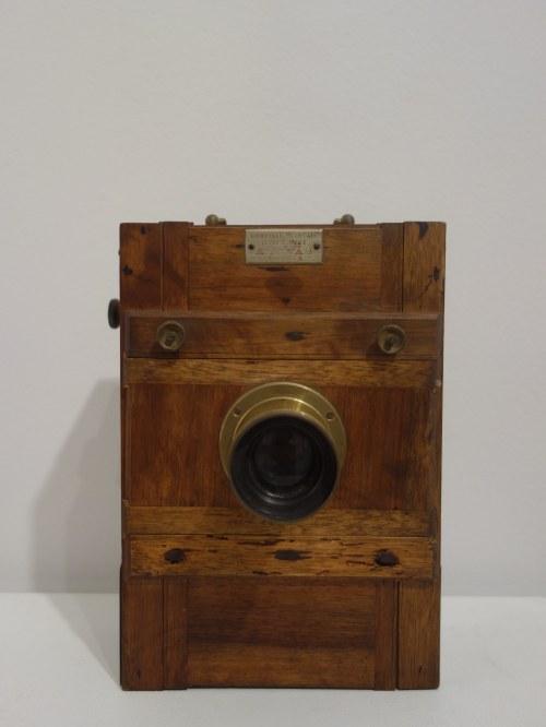 Podróżny aparat fotograficzny firmy A.AIVAS 13 x 18, koniec XIX w.-pocz. XX w.
