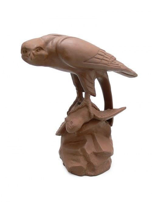 Figura sokoła z upolowanym gołębiem