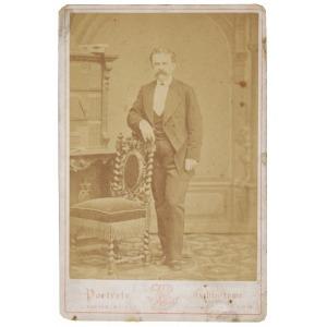 J.KOSTKA i MULERT (XIX w.), Portret gabinetowy mężczyzny, ok.1875