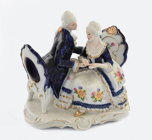 Grupa figuralna: siedząca w fotelach i rozmawiająca para